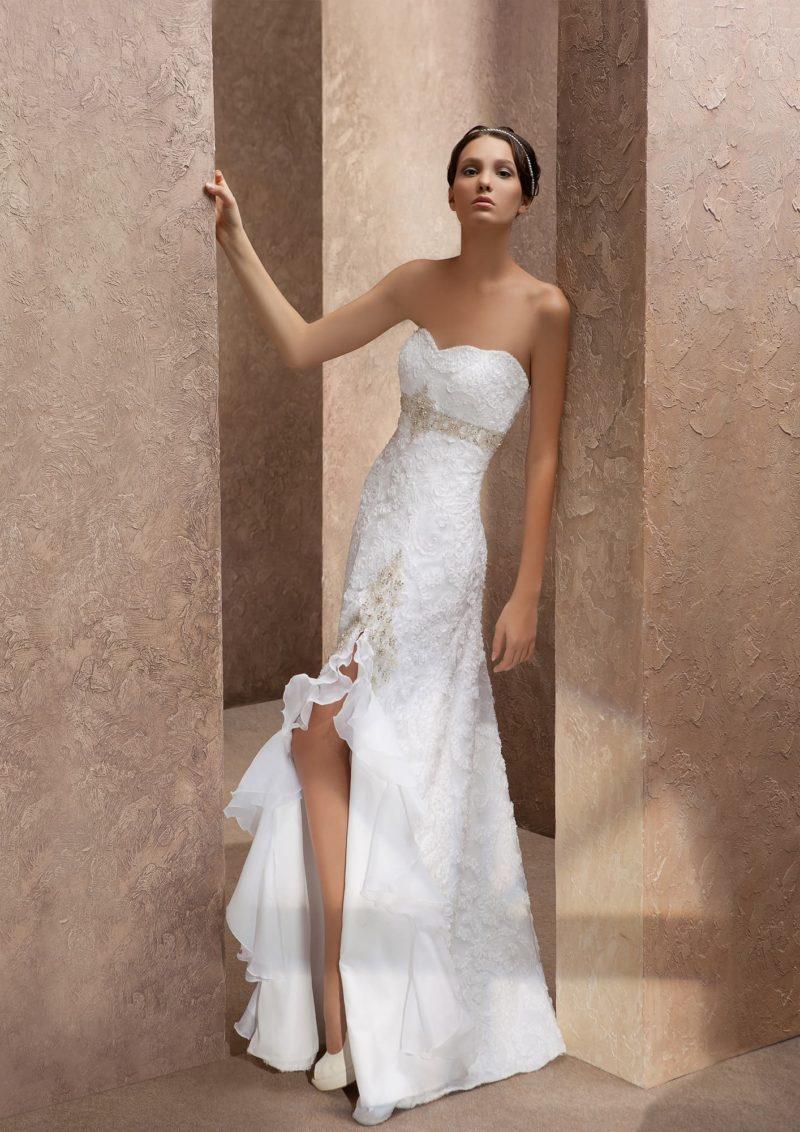 Изысканное свадебное платье с разрезом по подолу и открытым лифом в форме сердца.