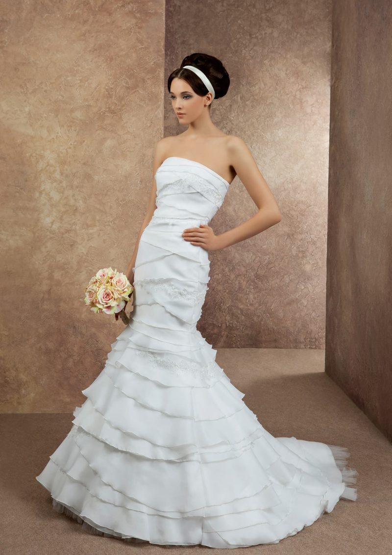Притягательное свадебное платье со сложной отделкой из шифоновых оборок по всей длине.
