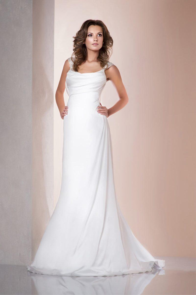 Прямое свадебное платье с драпировками по открытому лифу и широкими бретельками.