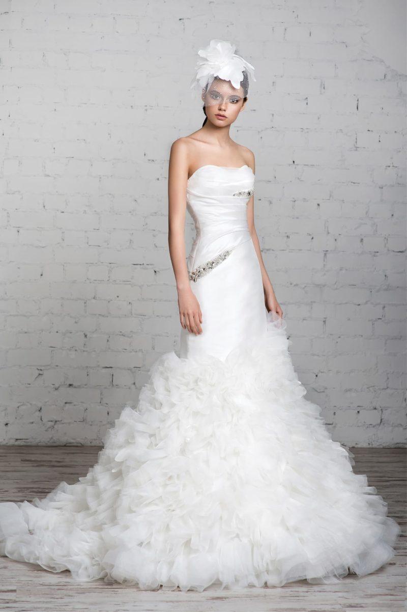 Свадебное платье «рыбка» с атласным верхом с драпировками и пышной отделкой юбки со шлейфом.