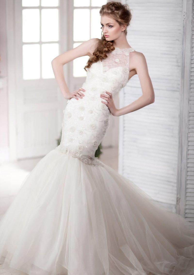 Элегантное свадебное платье «рыбка» с американской проймой, оформленной кружевом.