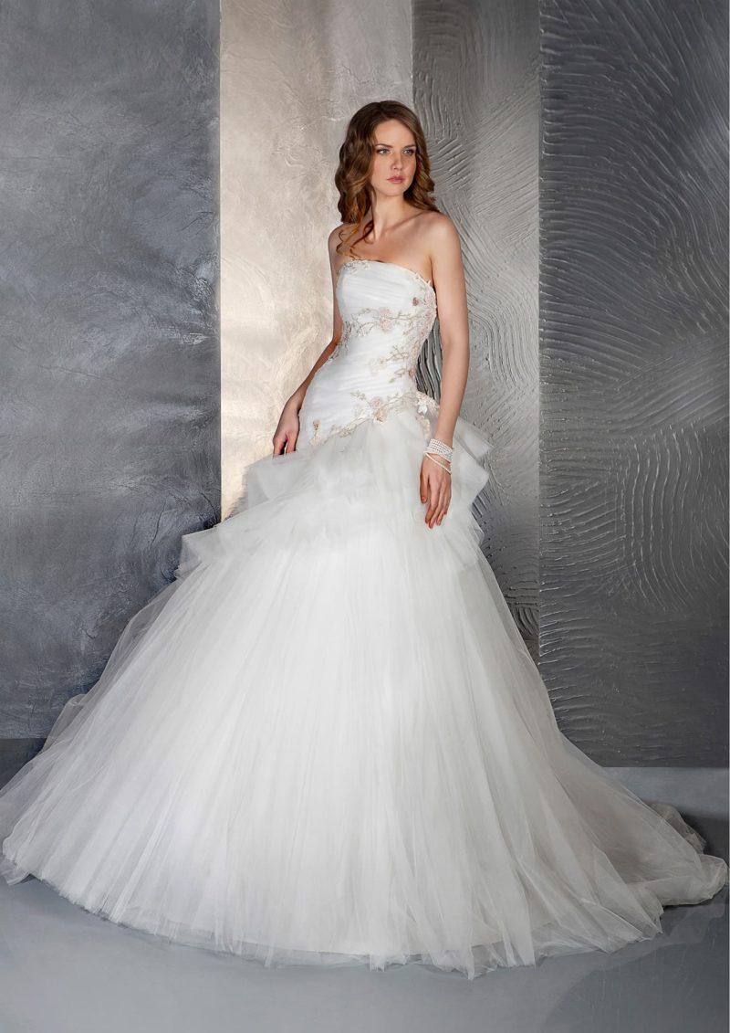 Пышное свадебное платье с открытым корсетом с лифом прямого кроя и отделкой вышивкой.