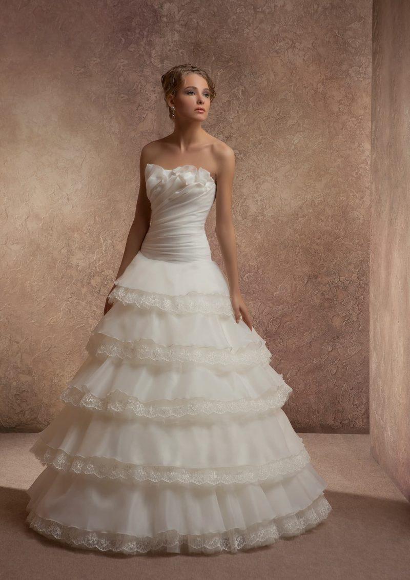 Торжественное свадебное платье с юбкой каскадом.