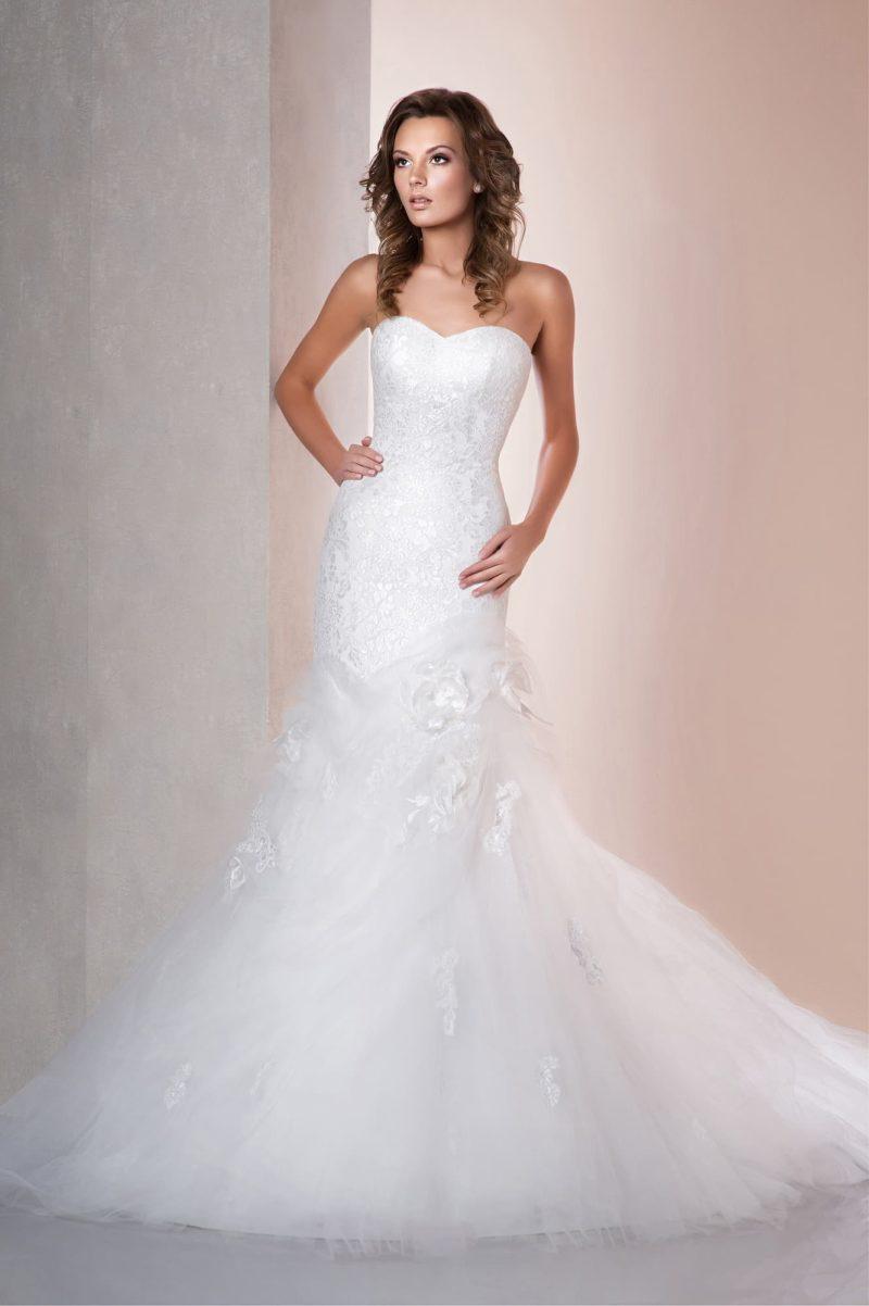 Лаконичное свадебное платье «рыбка» с объемными бутонами в качестве отделки подола.