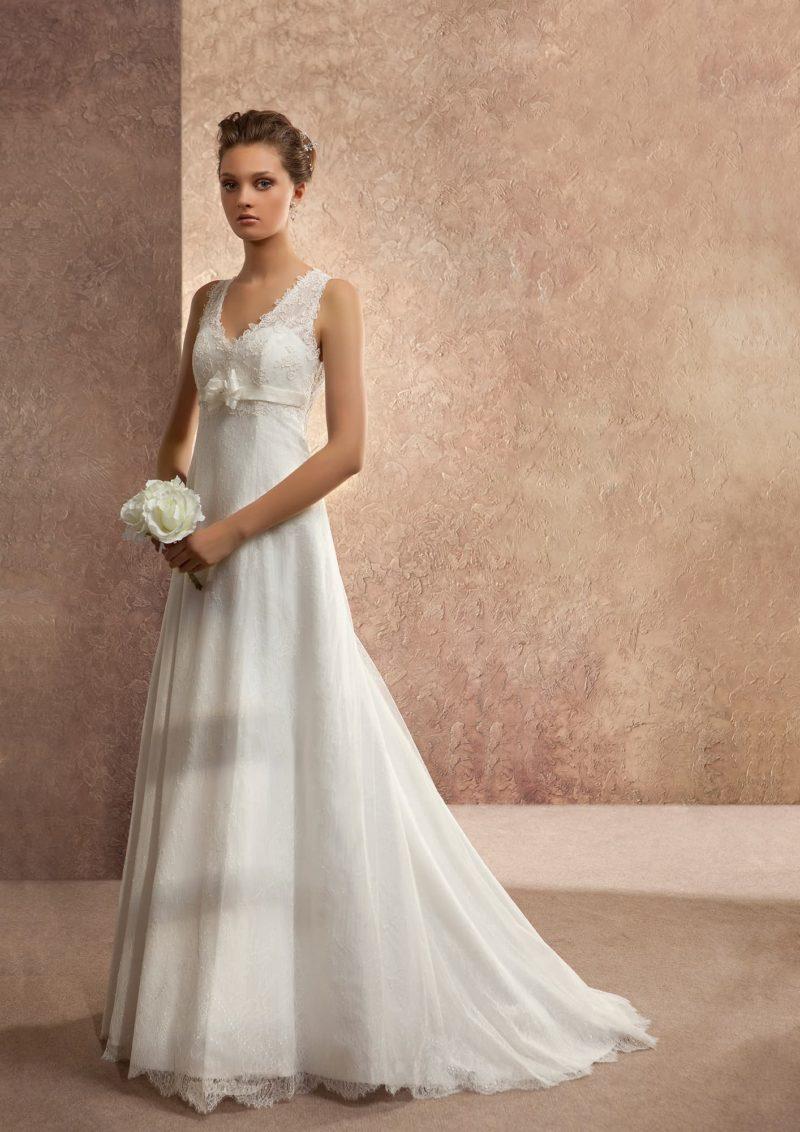 Прямое свадебное платье с открытой спинкой и глубоким V-образным вырезом с узкими бретелями.