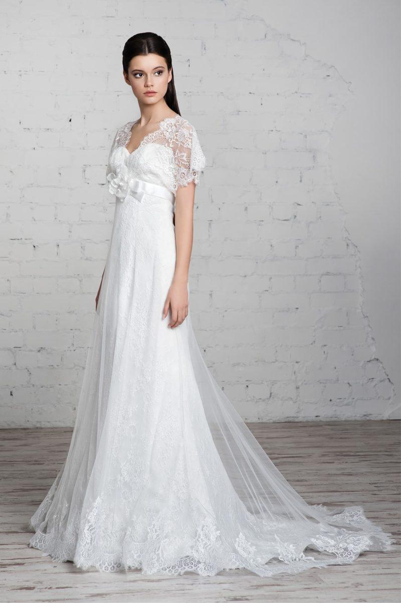 Прямое свадебное платье с короткими кружевными рукавами и завышенной линией талии.