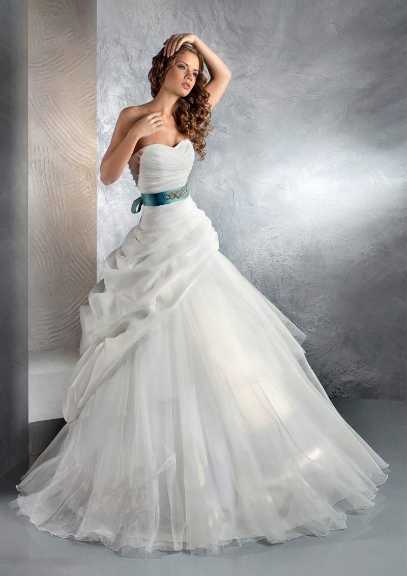 Шикарное свадебное платье с пышными драпировками по воздушному подолу и цветным поясом.