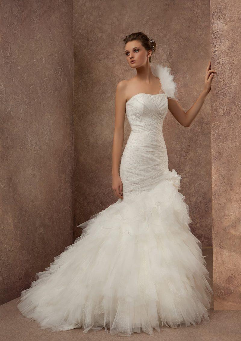 Открытое свадебное платье с кокетливым декором юбки кроя «рыбка» и асимметричным лифом.
