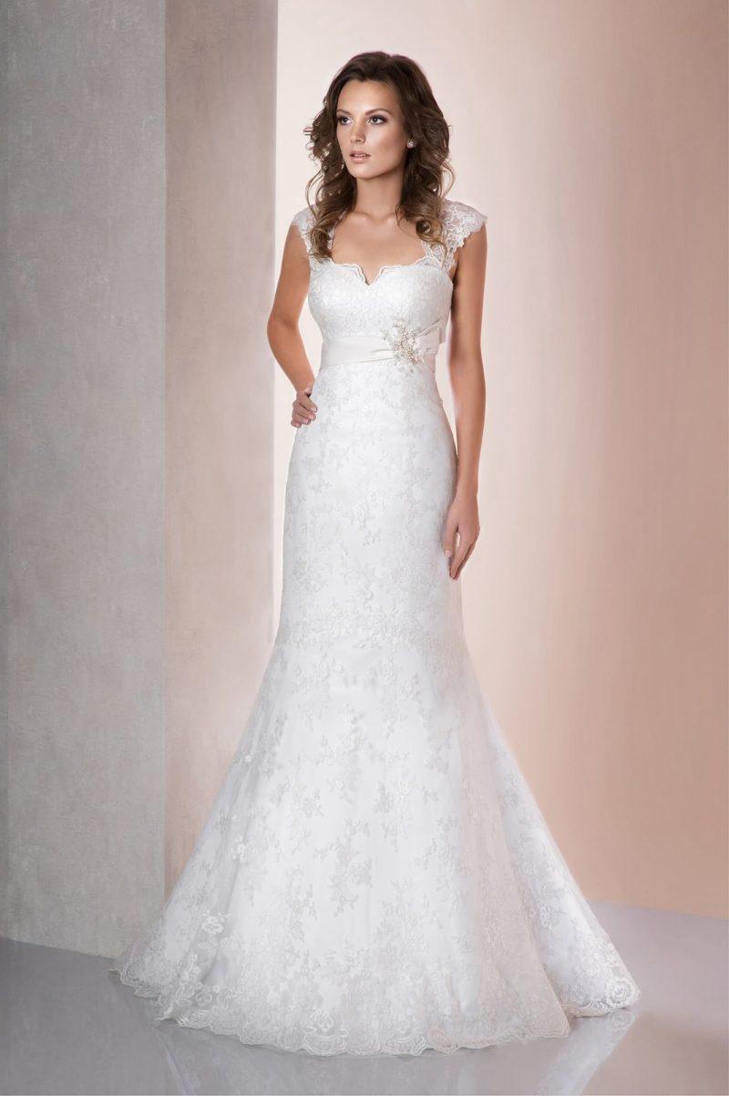 Свадебное платье «русалка» с широкими бретелями и деликатным вырезом декольте.