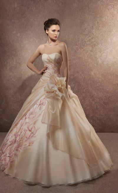 Пышное свадебное платье с золотистой отделкой и цветочной вышивкой сбоку по верху подола.