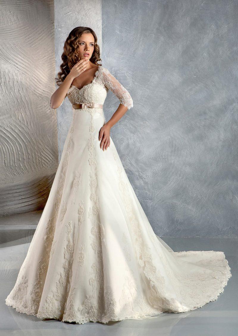 Свадебное платье цвета слоновой кости, с закрытым верхом и кружевной отделкой юбки «принцесса».