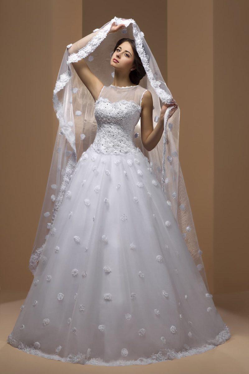 Оригинальное свадебное платье с объемным декором подола и закрытым лифом с круглым вырезом.