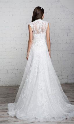 Свадебное платье «принцесса» с воротником-стойкой и нежной кружевной отделкой верха.
