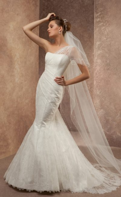 Свадебное платье «рыбка» с полупрозрачной бретелькой над элегантным женственным лифом.