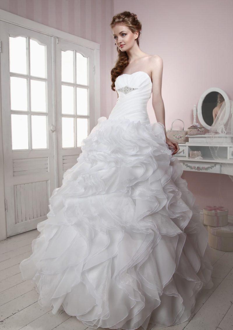 Романтичное свадебное платье с пышным подолом и женственным открытым лифом.