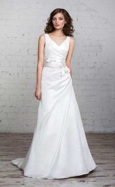 Атласное свадебное платье с элегантным декольте и стильной отделкой драпировок по корсету.