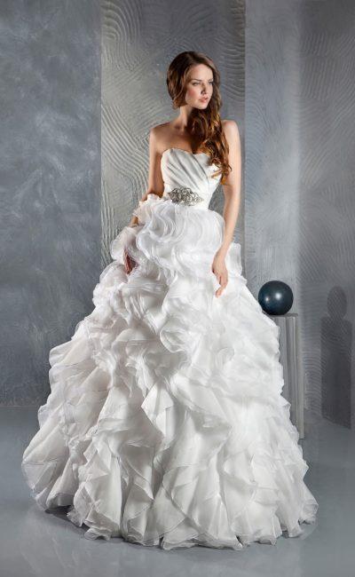Очаровательное свадебное платье с воздушным подолом и открытым корсетом с драпировками.