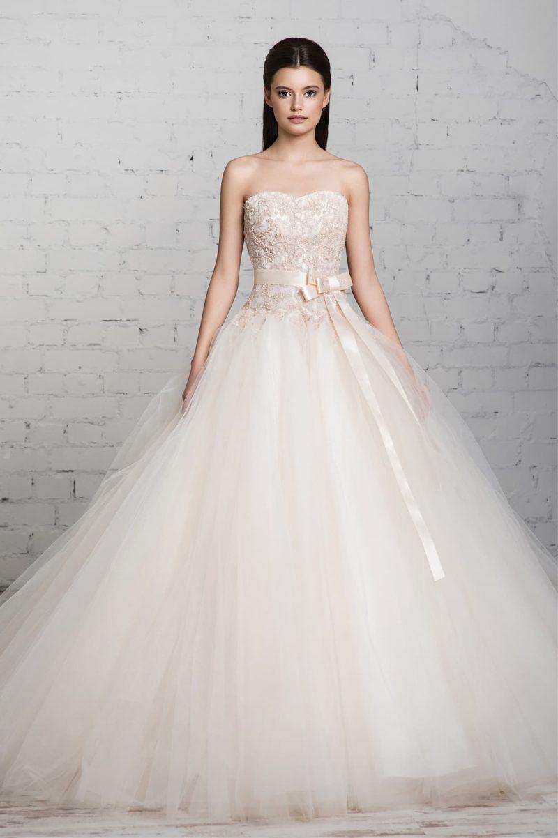 Чарующее пышное свадебное платье с открытым бежевым корсетом, украшенным кружевом.