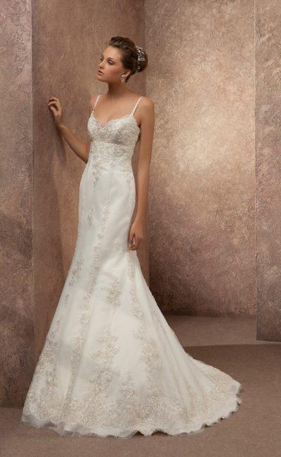 Свадебное платье «рыбка» с узкими бретелями над открытым лифом и кружевной отделкой по юбке.