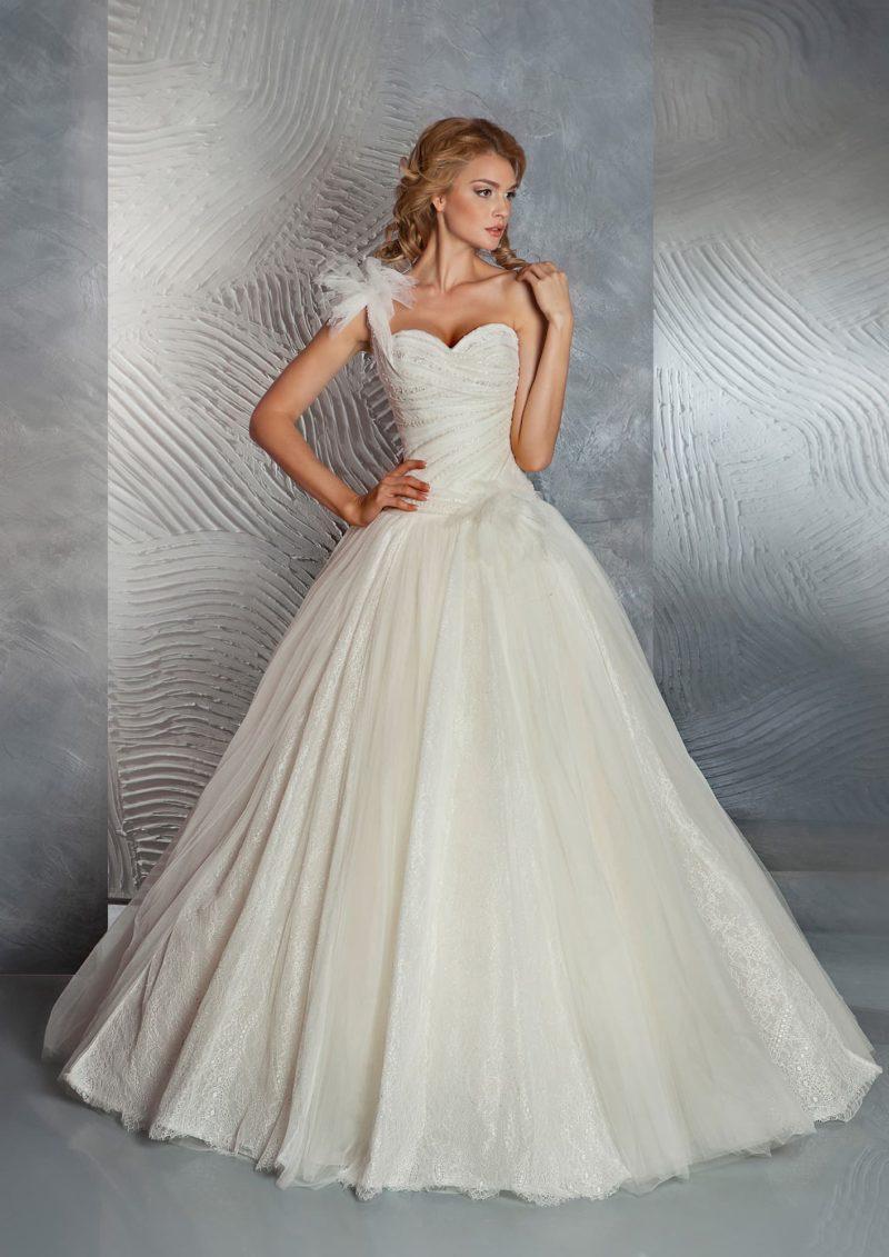 Изысканное свадебное платье пышного кроя с отделкой крупным бутоном сбоку на корсете.