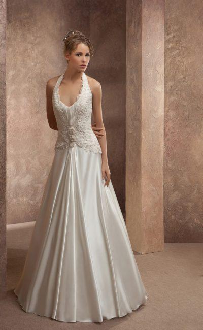 Свадебное платье «принцесса» с кружевной бретелью халтер и небольшим V-образным вырезом.