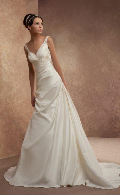 Атласное свадебное платье с V-образным вырезом декольте и нежной вышивкой по корсету.