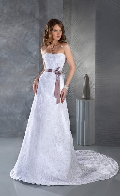 Прямое свадебное платье с длинным прозрачным шлейфом и лиловым поясом из атласа.