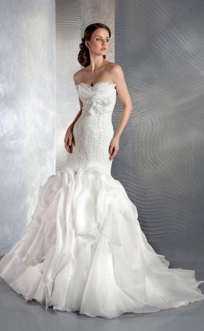 Драматичное свадебное платье «русалка» с кружевным лифом и шлейфом.