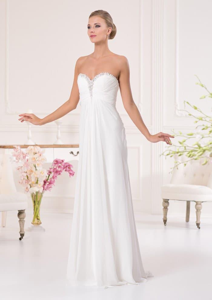 Стильное свадебное платье прямого кроя с открытым лифом-сердечком с вышивкой по краю.