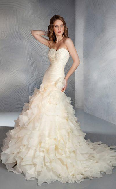 Оригинальное свадебное платье персикового оттенка с отделкой из драпировок и оборок.