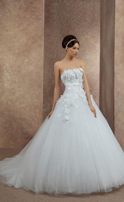 Торжественное свадебное платье с открытым лифом прямого кроя, покрытым объемными бутонами.