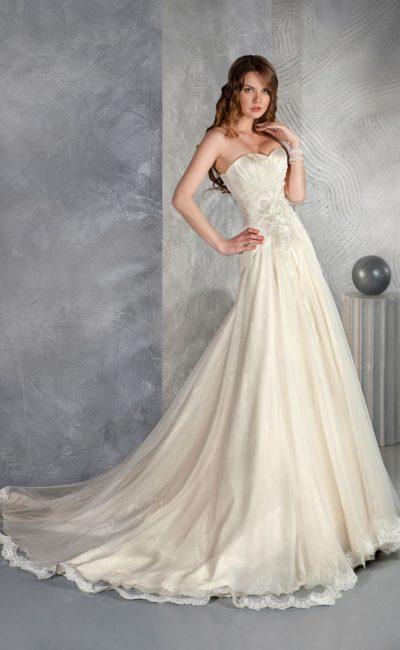Золотистое свадебное платье с притягательным открытым лифом и многослойным длинным шлейфом.