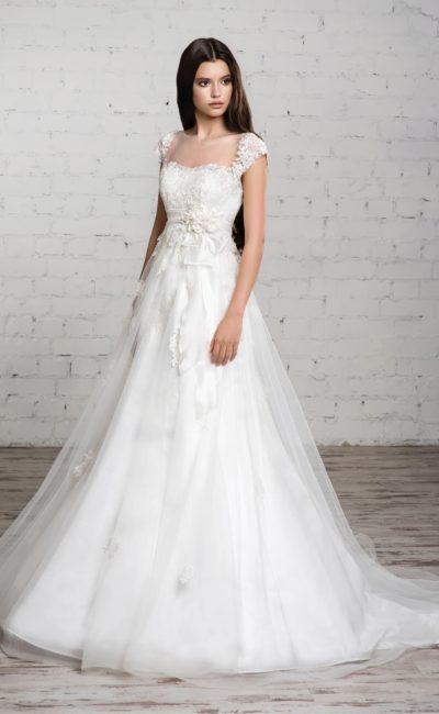 Свадебное платье с юбкой А-кроя из нескольких слоев ткани и изящным лифом с широкими бретелями.