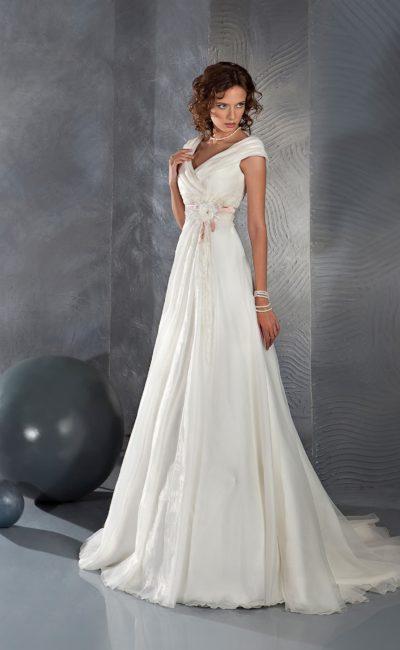 Женственное свадебное платье с V-образным вырезом и розовой отделкой корсета.