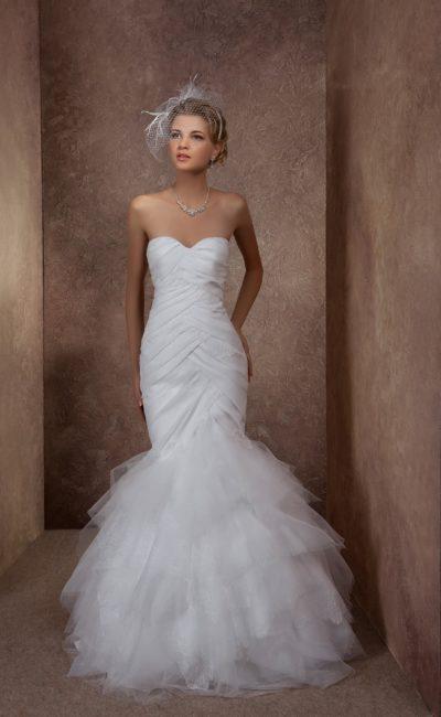 Свадебное платье «русалка» с выразительными драпировками по облегающему корсету.