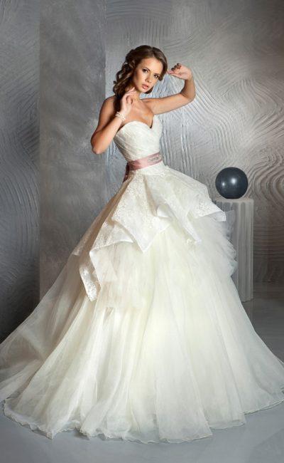 Свадебное платье с кокетливыми оборками по пышной юбке и цветным поясом из атласа.