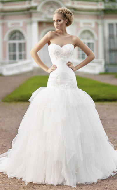 Эксцентричное свадебное платье пышного кроя с заниженной талией и открытым декольте.