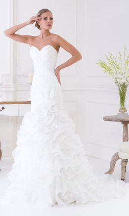 Кокетливое свадебное платье с открытым декольте в форме сердца и множеством оборок по юбке.