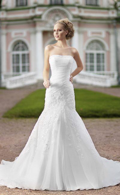 Изысканное свадебное платье «рыбка» с открытым лифом и кружевной отделкой верха подола.