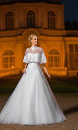 Романтичное свадебное платье «принцесса» с полупрозрачной накидкой на плечах.