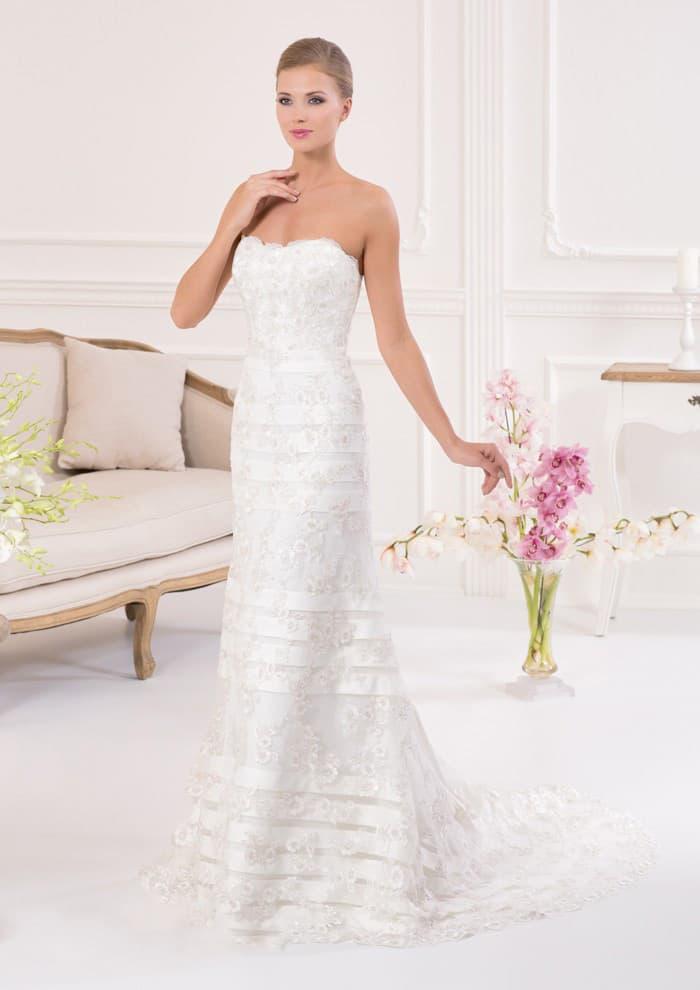 Открытое свадебное платье прямого кроя с отделкой из кружева и горизонтальных полос атласа.