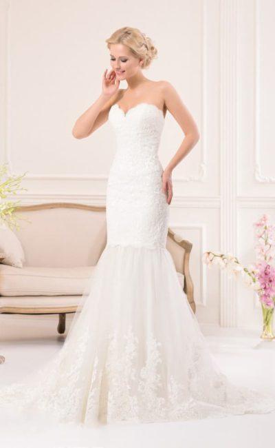 Свадебное платье «русалка» с многослойным низом подола и элегантным лифом в форме сердца.