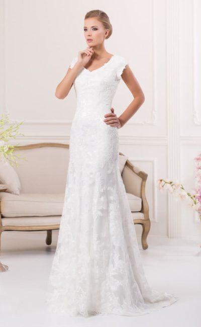 Деликатное свадебное платье с кружевной юбкой прямого кроя и небольшим V-образным вырезом.