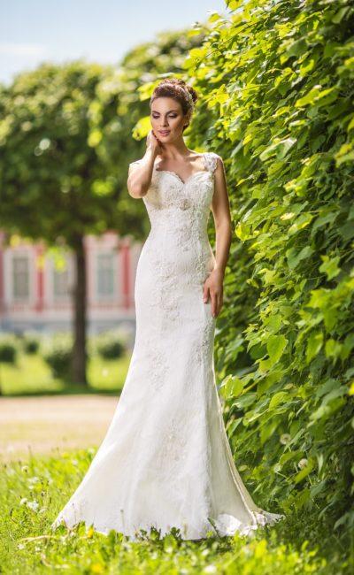 Свадебное платье «русалка» с открытым лифом-сердечком, украшенным широкими бретелями.
