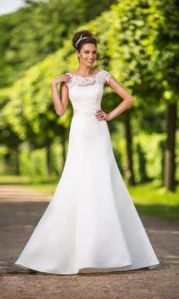 Атласное свадебное платье «русалка» с выразительным кружевным декором над декольте.