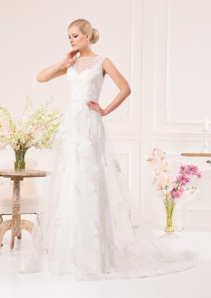 Впечатляющее свадебное платье с двойной юбкой с кружевным декором и тонкой вставкой над лифом.
