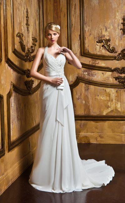 Свадебное платье с утонченным прямым силуэтом, украшенным легкими драпировками.