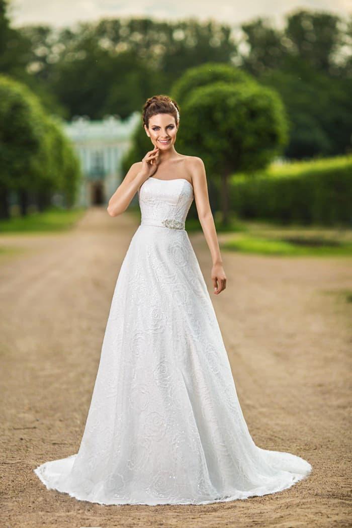 Кружевное свадебное платье «принцесса» с изящным открытым лифом и элегантным поясом на талии.