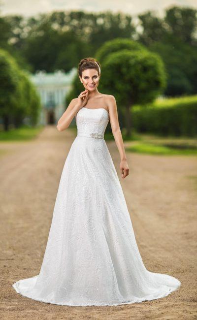 Романтичное свадебное платье «принцесса» с кружевной отделкой и элегантным поясом на талии.