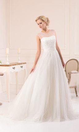 Стильное свадебное платье «принцесса» с тонкой тканью над открытым лифом и узким атласным поясом.